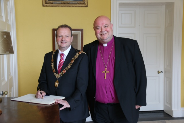 The Lord Mayor signs the visitors' book