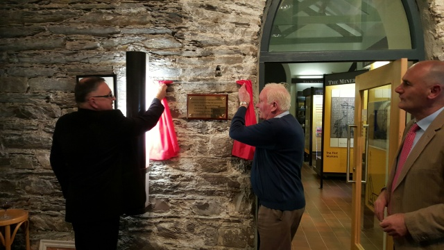 Canon Paul Willoughby and Tommy Hodges unveil the plaque.