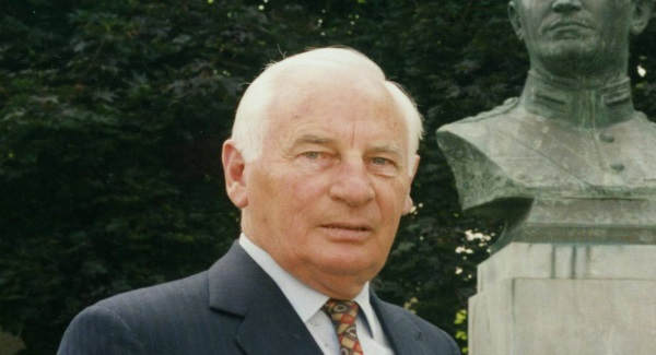 Mr Peter Barry TD with Michael Collins Bust in Fitzgerald Park, Cork. Picture Eddie O'Hare 09/08/1995 Irish Examiner