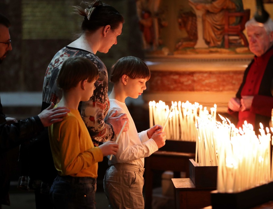 REPRO FREE. 01/07/2016 The Church of Ireland in Cork, Cloyne and Ross, Service of Peace & Reconciliation to commemorate, The Battle of the Somme (part of the Diocesan Remembering 1916 programme), at St. Fin Barre's Cathedral, Cork. A family light a Candles, during the Service of Peace & Reconciliation to commemorate, The Battle of the Somme. Picture: Jim Coughlan.